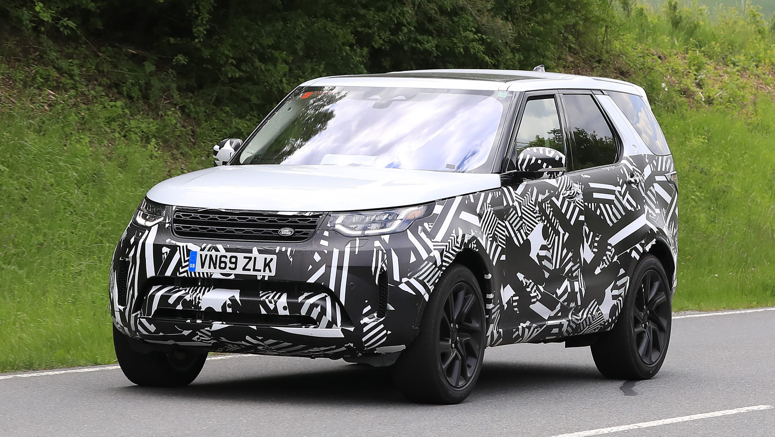 first look 2021 land rover discovery spied  automotive daily